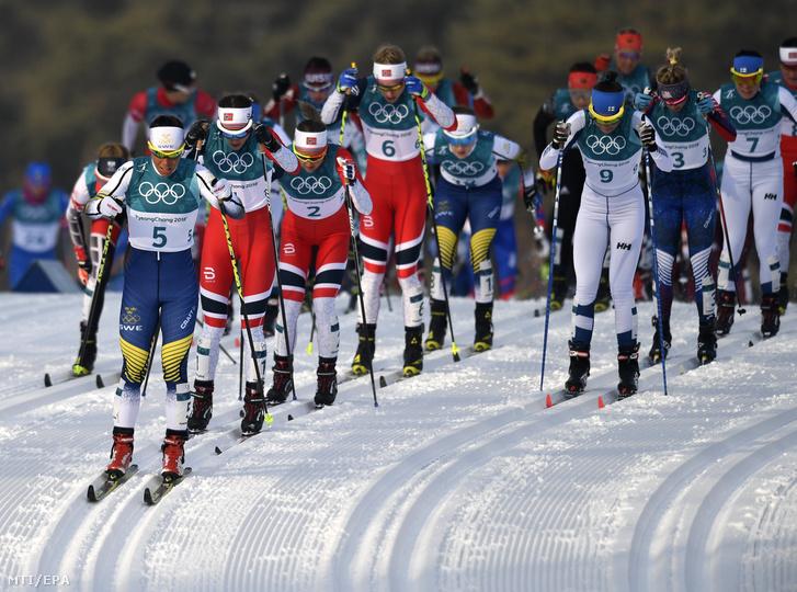 A phjongcshangi téli olimpia női 75+75 km-es tömegrajtos sífutásának rajtja az Alpensia Sífutó Központban 2018. február 10-én. Elõl a svéd Charlotte Kalla.