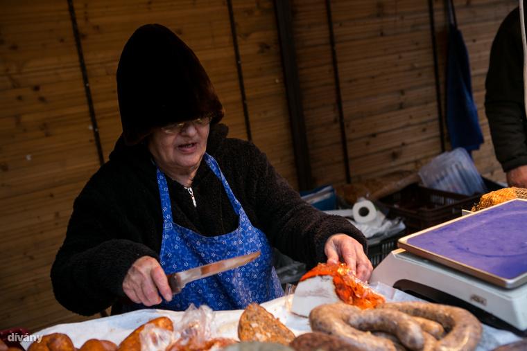 A húskészítmények mellett lehet kapni különféle sajtokat, házi lekvárt, szörpöt, mézet, mézbort, olajakat és fűszereket is.