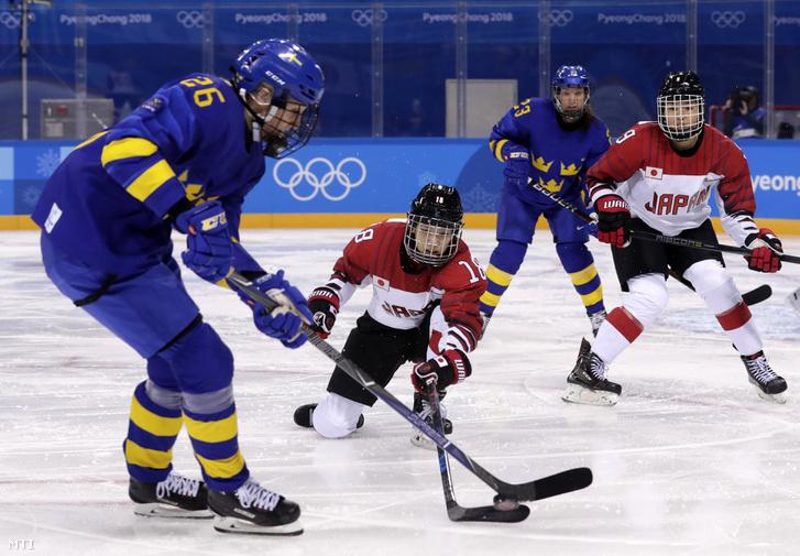 A japán Taka Szuzuka és a svéd Hanna Olsson a phjongcshangi téli olimpia női jégkorongtornája B csoportjában játszott Japán - Svédország mérkőzésen a Kangnung Jégkorong Központban 2018. február 10-én.