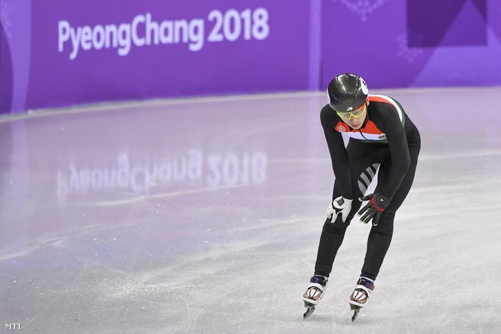 Liu Shaoang futama után a phjongcshangi téli olimpia rövidpályás gyorskorcsolya verseny 1500 méteres számának selejtezőjében a Kangnung Jégcsarnokban 2018. február 10-én.