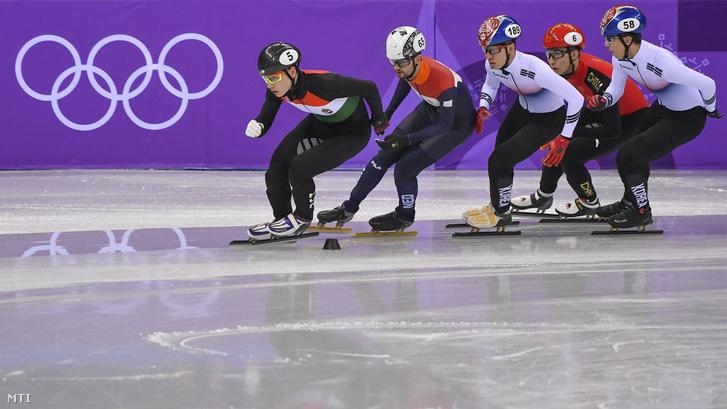 Liu Shaoang a holland Itzhak de Laat a koreai Lim Hjo Dzsun a kínai Vu Ta-Csing és a koreai Hvang De Heon a phjongcshangi téli olimpia rövidpályás gyorskorcsolya-versenyének férfi 1500 méteres középdöntőjében a Kangnung Jégcsarnokban 2018. február 10-én.