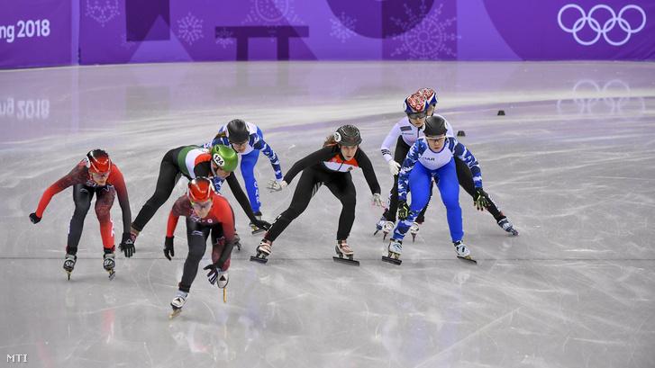 Heidum Bernadett (balról a 2.) és Bácskai Sára Luca (balról a 4.) a phjongcshangi téli olimpia rövidpályás gyorskorcsolya-versenye női 3000 méteres váltójának elõdöntőjében a Kangnung Jégcsarnokban 2018. február 10-én.