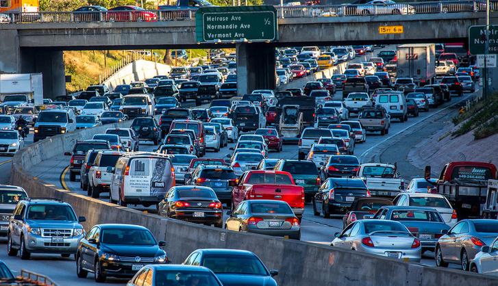Forgalom egy Los Angeles-i autópályán