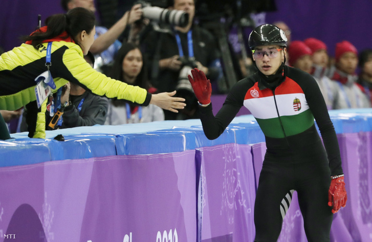 Liu Shaolin Sándor a rövidpályás gyorskorcsolya-verseny férfi 1500 méteres selejtezőjének végén