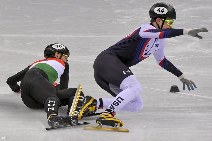 Liu Shaolin Sándor és az amerikai John-Henry Krueger összeakadása a rövidpályás gyorskorcsolya-verseny férfi 1500 méteres középdöntőjében