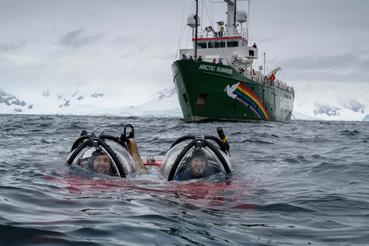 Javier Bardem színész, az Antarktisz nagykövete és John Hocevar, a tengeralattjáró pilótája merülnek január 27-én.