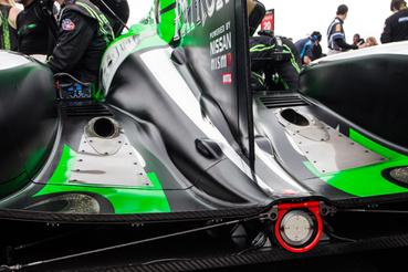 Ligier kaszni hátulról. A két kipufogón túl a Nissan 3,6 literes V6-osa