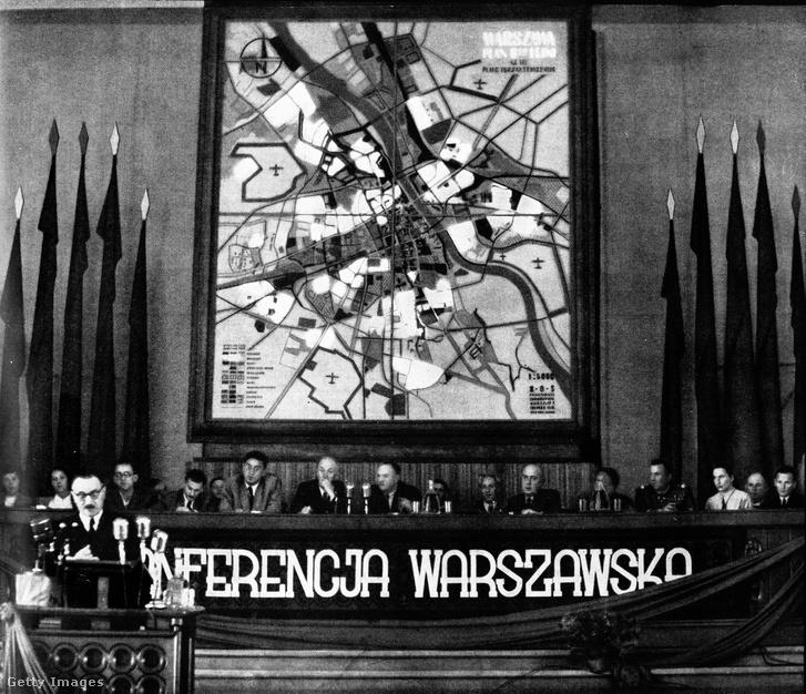 1949. július 3.: a Lengyel Kommunista Párt varsói konferenciája, a falon Varsó újjáépítésének terve