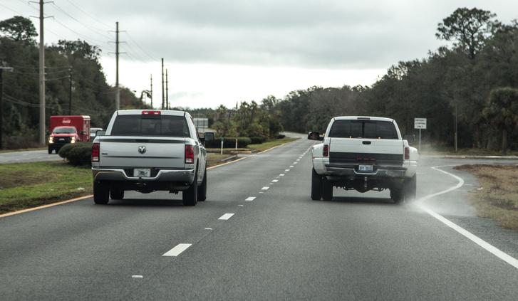 Nagy pickupot előz a még nagyobb pickup