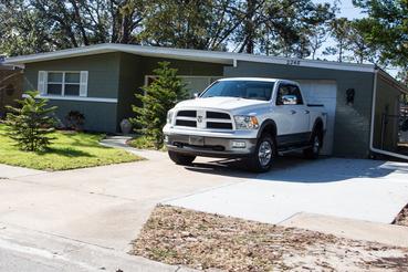 Nem a ház méreten aluli, ez a Dodge tényleg ekkora