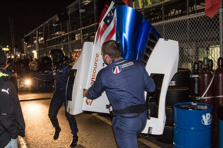 Para van, félre mindenki! Alonso autójához viszik ezt a nem kis idomot, miután egy defekt szétvert mindent éjfél előtt az autón