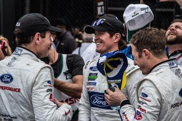 Ez itt pedig a GT-kategória győztes triója, a szintén Ford GT-s hármas. Az a vigyorgó ember ott középen Scott Dixon, az IndyCar négyszeres bajnoka