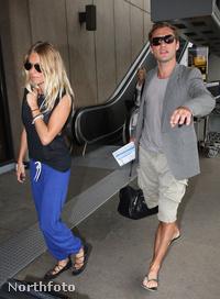 Jude Law és Sienna Miller jönnek el egy szállodából, 2009. április 19-én.