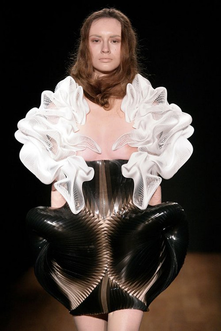 iris-van-Herpen-3D-printed-fashion-3