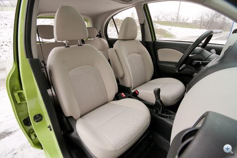 Rövidke ülés, puha, zsibbasztó combtámasszal, talán a nőknek jobban tetszik, ha magassarkúban vezetnek