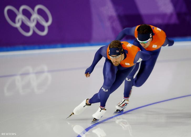 A holland Patrick Roest (j) és Kjeld Nuis edzés közben a téli olimpián 2018 február 12-én