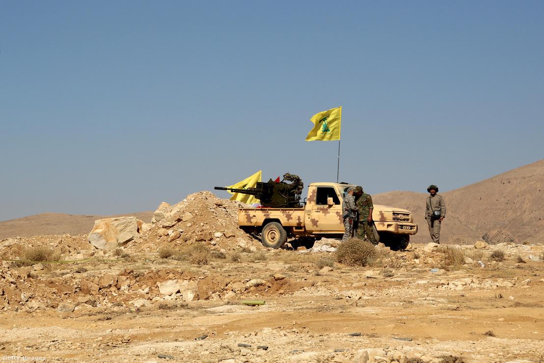 A Hezbollah erői a Libanonban a szíriai határnál 2017 július 29-én