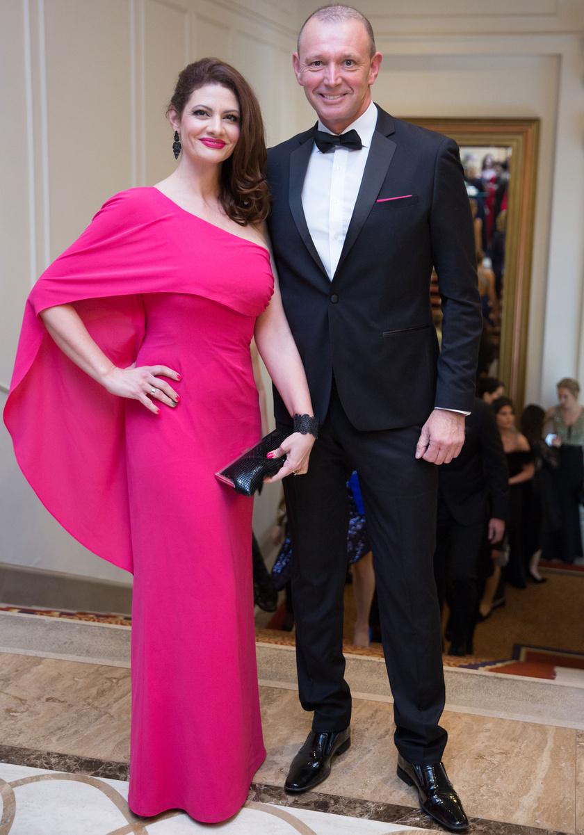 Győrfi Pál és felesége - Adrienn az Art'z Modell pink kreációjában olyan volt, mint egy gyönyörű díva.