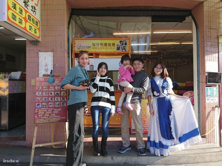 A Huang-család és Fabricius Anna fotó- és médiaművész a tajvani kürtőskalácsozó előtt