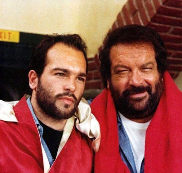Bud Spencer mellett Giuseppe, a fia látható, aki fiatalon annyira hasonlított apjára, hogy le sem tagadhatták volna egymást.