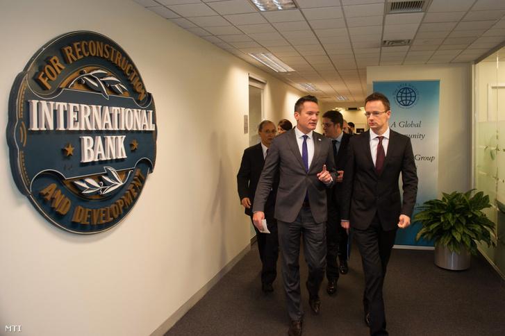 Szijjártó Péter külgazdasági és külügyminiszter (j) és Puskás András, az Eximbank üzleti vezérigazgató-helyettese (b) a Világbank épületében, Washingtonban 2014. október 22-én.