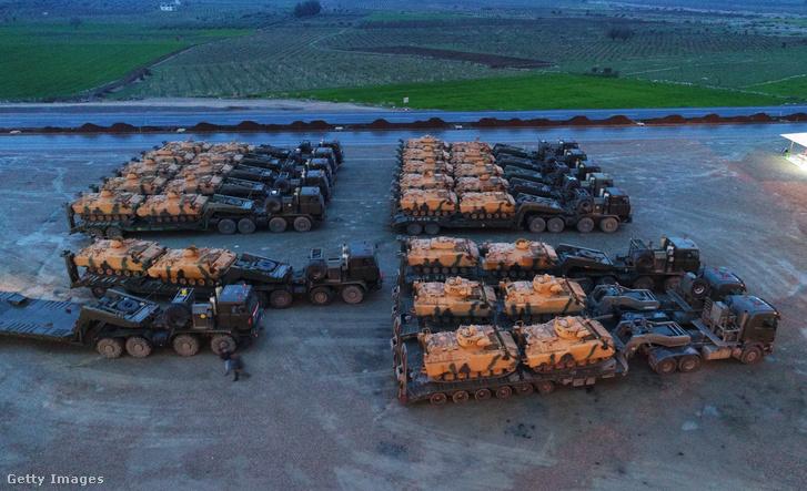 Török harckocsikat szállítanak a határhoz az Olajág hadműveletben.