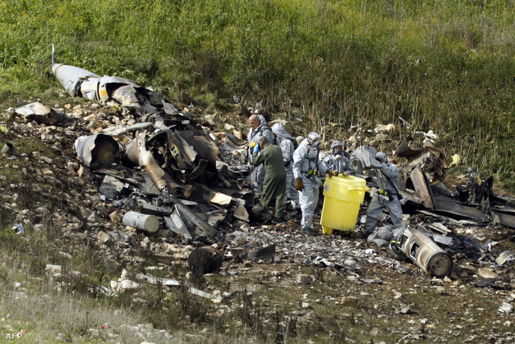 A hétvégén lelőtt izraeli F-16-os maradványai.