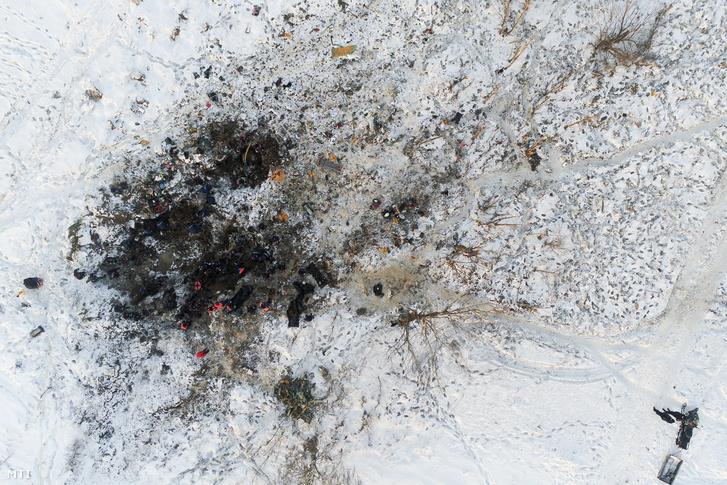 Drónnal készített felvétel a mentőalakulatok tagjairól a domogyedovói repülőtérrõl történő felszállását követően lezuhant utasszállító repülőgép roncsainál Sztyepanovszkoje falu mellett Moszkva közelében 2018. február 12-én egy nappal a szerencsétlenség után.