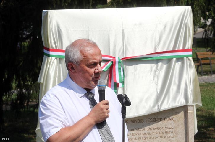 Tiba Sándor főigazgató beszédet mond az 1956-os forradalom névtelen hőseinek, orvosoknak, nővéreknek állított emlékmű avatásán Miskolcon a Borsod-Abaúj-Zemplén Megyei Központi és Egyetemi Oktatókórházban 2017. június 28-án