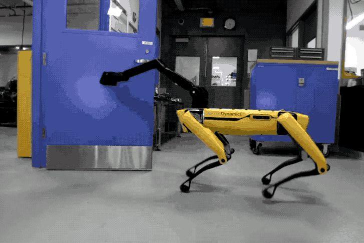 Kinyitotta az ajtót az egyik robot a másiknak