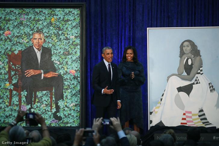 Barack és Michelle Obama a frissen leleplezett portréik előtt állnak a Smithsonian's National Portrait Gallery csarnokában, Washingtonban február 12-én.