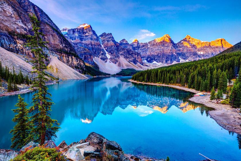A világ legszebb tavában szinte szürreálisan kék a víz: ritka természeti jelenség az oka