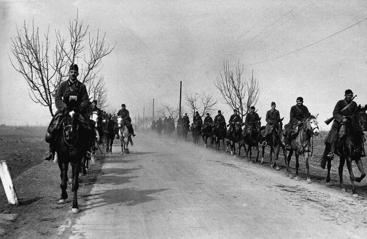 Honvédek vonulnak Aknaszlatina felé 1939-ben. A haderőfejlesztés Imrédy alatt kapott nagy lendületet