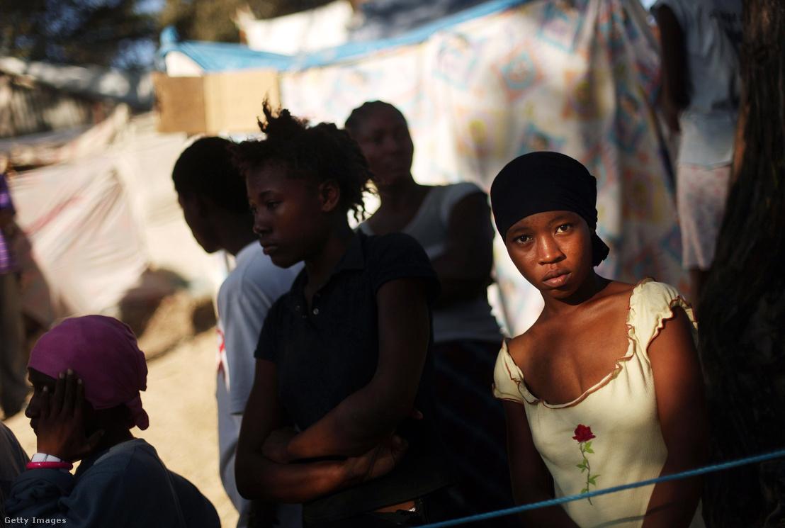Otthonukat vesztett haiti nők egy sátortáborban 2010 februárjában