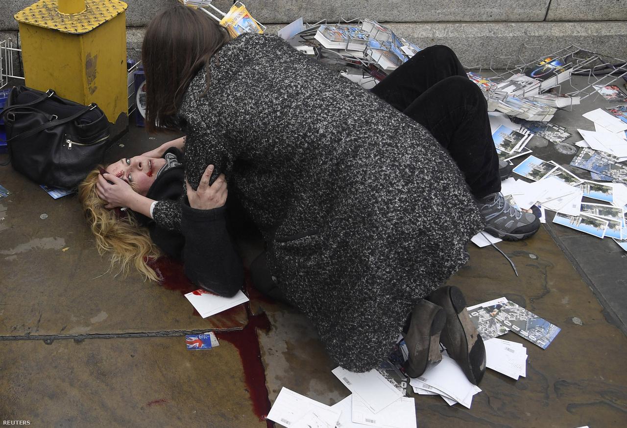Egymást segítik a járókelők a London belvárosában márciusban történt terrortámadás után, amikor egy férfi autójával a járdára hajtott a Westminster hídon.