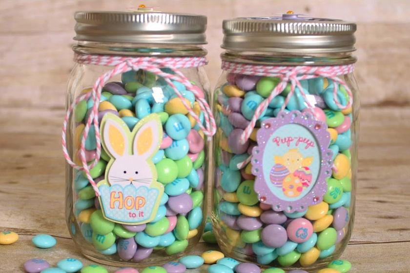 Tegyél szép, kisebb méretű dunsztosüvegbe színes cukorkákat. Nemcsak dekorációnak, ajándéknak is remek.
