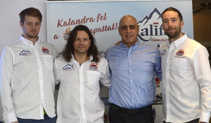 Varga Csaba (b) Klein Dávid (b2) és Suhajda Szilárd (j) hegymászók az őket támogató Kalifa Kft. ügyvezető igazgatójával, Omar Sarhannal