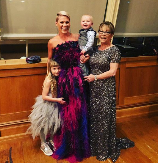 Pink mindig ki van virulva gyerekei mellett - a képen a sztár mellett édesanyja látható.
