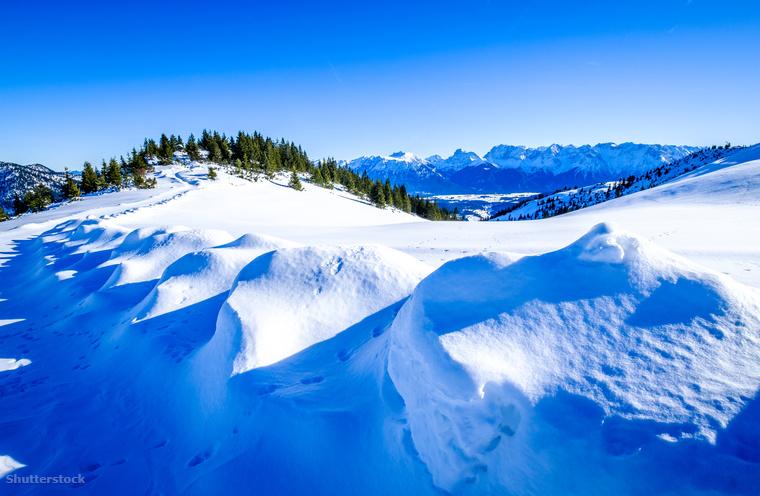Lábnyomok az Alpok friss havában