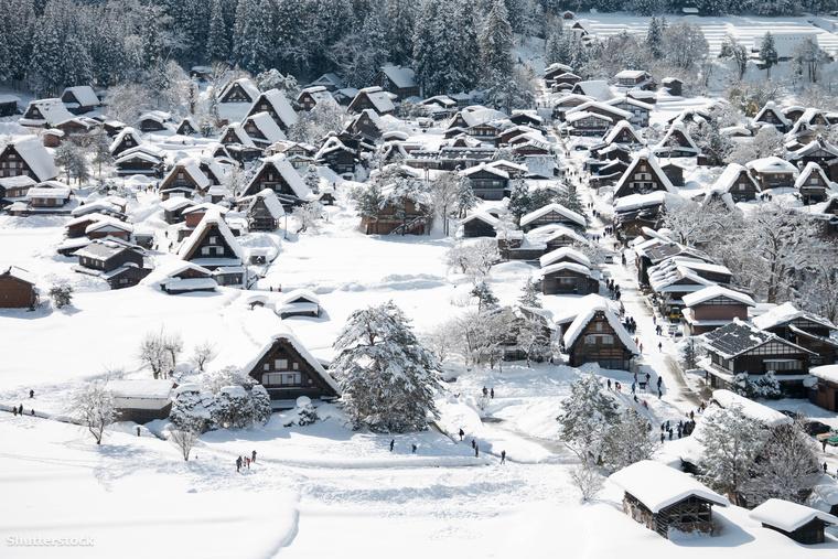 Hó alatt a japán Shirakawa település mesebeli házikói, amelyek tradicionális stílusban épültek.