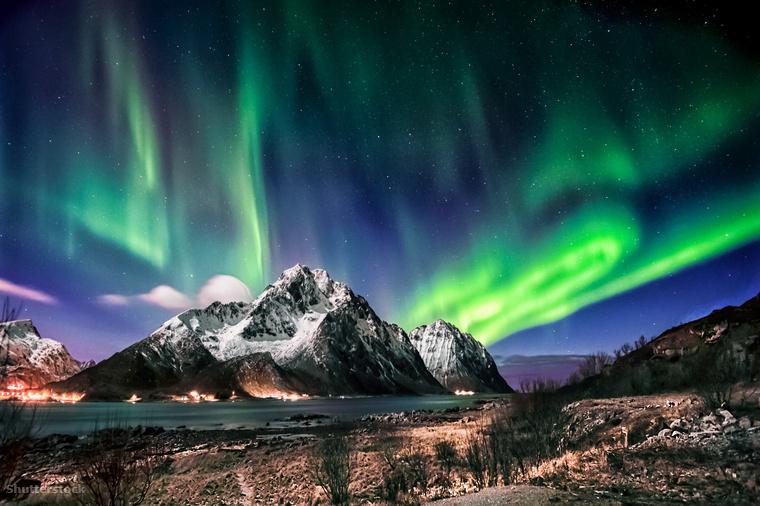 A Lofoten-szigetek fölött kígyózó smaragdzöld északi fény Norvégiában
