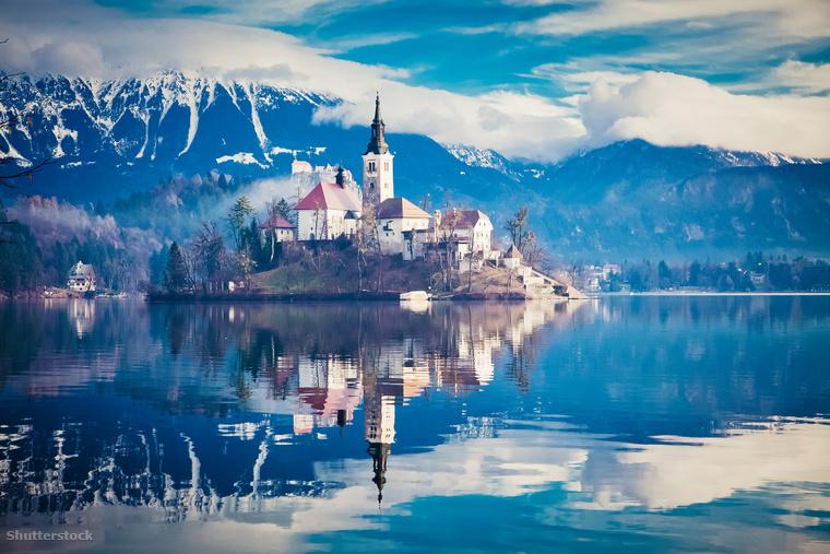 A Bledi-tó kristálytiszta vize a közepén álló kis szigettel és templommal, aminek a helyén egykor Ziva istennőnek emelt szentély állt