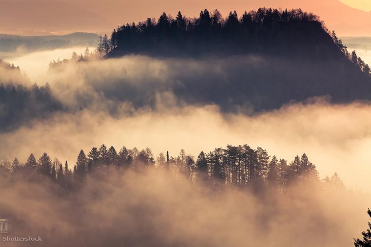 Szlovénia párás hegyei a napfelkeltében