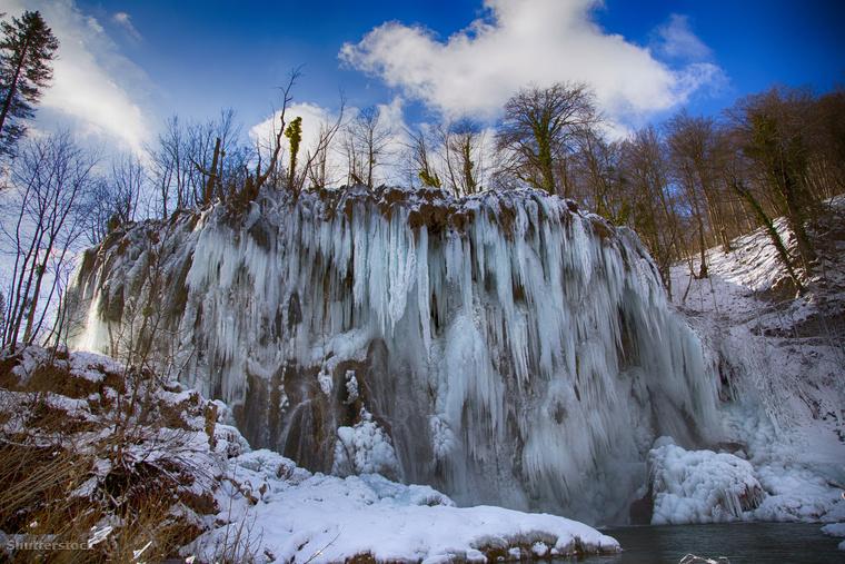 A Plitvicei-tavak befagyott vízesése