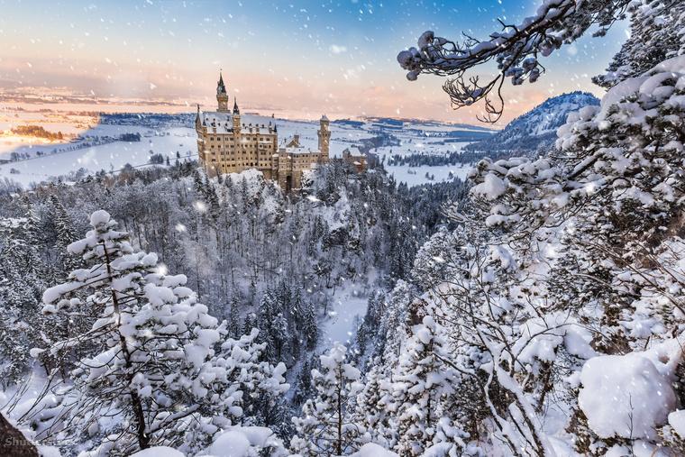 A festői Neuschwanstein kastély Németország havas hegyei között