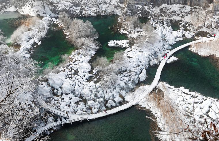 Szokatlan látvány: az kedvelt nyári úticél, a Plitvicei-tavak télen, hóval borítva