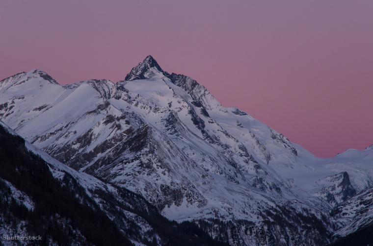 A Hohe Tauern Nemzeti Park havas Grossglockner csúcsa a felkelő nap fényében