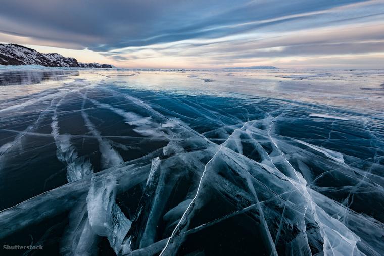 A befagyott Bajkál-tó rianó jege