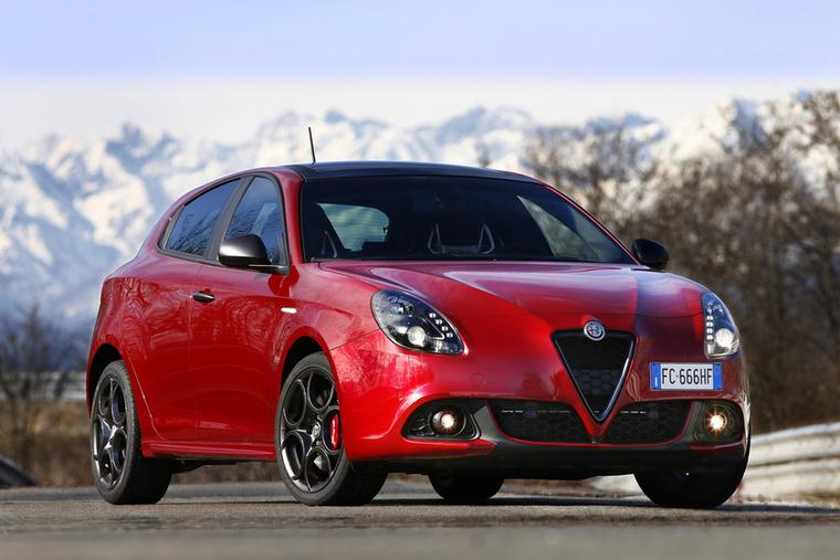 Alfa Giulietta – Nem éli legjobb éveit az Alfa sem, tudjuk jól, de hogy a Volkswagen Golf mezőnyében hogy lehet valaki ekkora névvel ennyire lent az eladási listán, nagy rejtély