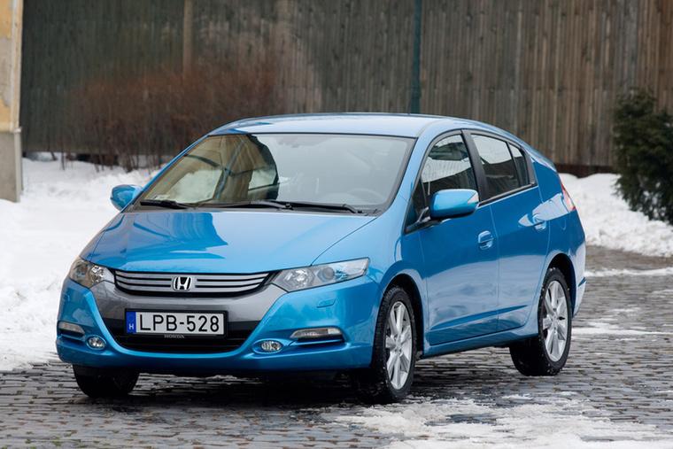 Honda Insight – Kívülről úgy tűnt, a Honda a Toyota Priuséhoz nagyon hasonló modellt követ  az Insight-tal: kicsit kretén forma hibridhajtással, amikor a szériagyártású hibridre még mindenki ferde szemmel nézett
